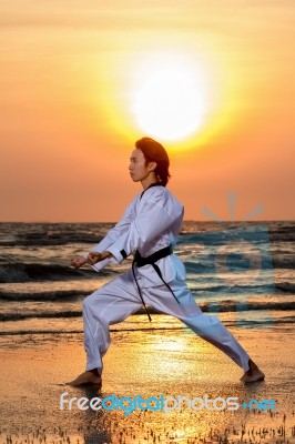 martial-arts-training-on-beach-100247684